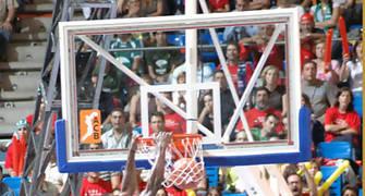 El ganador del concurso de mates se colgó del aro rival <u>Foto: José María Benito Espinar</u>