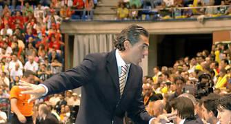 Scariolo le da instrucciones a sus hombres <u>Foto: José María Benito Espinar</u>