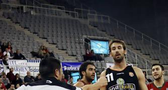 El arbitro señala la falta en ataque.<br> Foto: Lourdes Getino