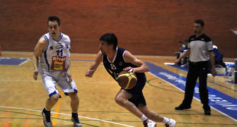 Prieto,superando a su defensor<br> (Foto Chema Gonzalez)