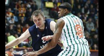 Dusko Savanovic intenta superar a Charles Davis (Foto: Anadolu Efes)
