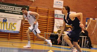 Prieto subiendo el balón<br> (Foto Chema Gonzalez)