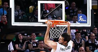 Freeland observa como el balón se escapa en un intento fallido de mate (Foto: Luis Fernando Boo).