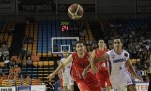 "Iñaki Sanz y ""Pitu"" Jiménez corren para recuperar un balón (Foto: Menorca Bàsquet)"