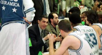 Sergio Scariolo dando instrucciones en el banquillo (Foto: El Correo de Álava)
