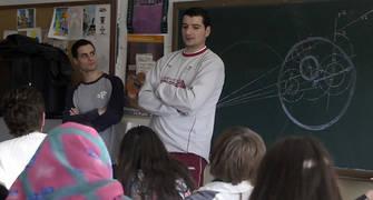 Jesús Fernández y Nacho Ordín con los niños del instituto Albayzín (Foto: Pepe Marín/CB Granada)