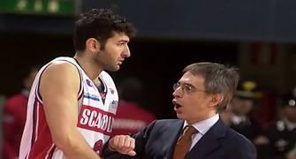 Marco Crespi dando instrucciones (Foto: Legabasketfoto.it)