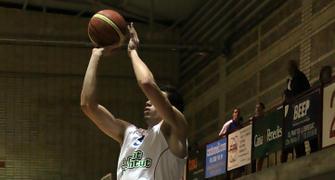 Lanzamiento triple de Alex Suarez (foto basquetmaniàtic)