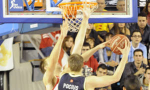 Pocius intenta anotar ante Ramsdell