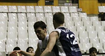 Alex Suárez defendido por Will Hanley (foto basquetmaniàtic)