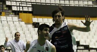 Àlex Barrera defendido por Agustín Prieto (foto basquetmaniàtic)