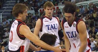 Tres jugadores del TAU intentan robar la pelota a Suárez (foto:FM)