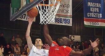 Ales Primc con la camiseta de Albacomp intenta anotar frente a Ikenna Nwankwo (CAB Madeira) (foto FIBA Europe)