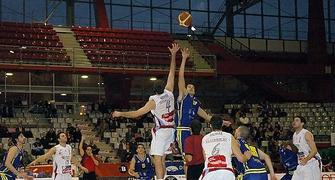 Salto inicial del partido (Foto: www.chemagonzalez.es)
