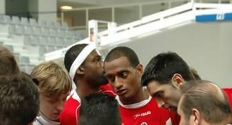 Eugenio Llera dando las instrucciones de inicio de partido. En el centro Tyray Pearson que seria el MVP