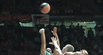 Haislip lanza sobre Teletovic (Foto: JM Benito)