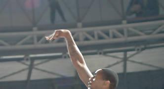 Salto espectacular de Haislip para lanzar a una mano (Foto: JM Benito)