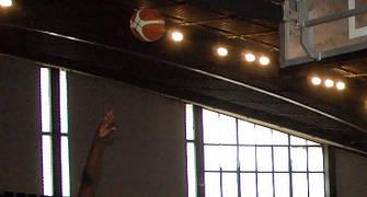 09 Reggie Charles lanza desequilibrado frente a David Mesa