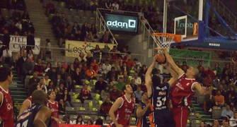 Nacho Martín tapona a Milojevic (foto Jesús Quero solobasket.com)