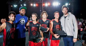 Kevin Durant , con la gorra del Barça, y Pau Gasol dieron regalos a los participantes
