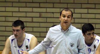 Carles Duran dirigiendo al CB Prat (foto basquetmaniàtic)