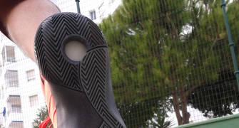 La suela de las Hyperdunk 2015 presenta patrón de espiga aligerado en algunas zonas para liberar peso