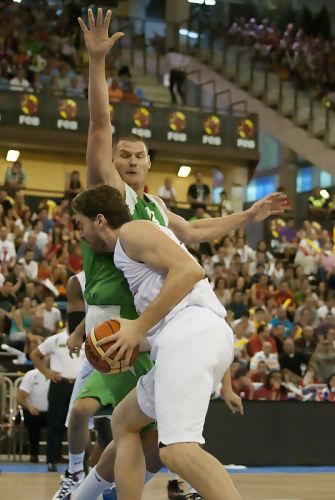 Gasol intentando tirar a canasta (Foto: Antonio Magán)
