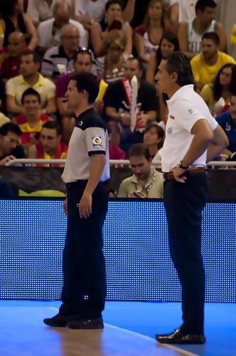Scariolo y el arbitro alcarreño Chema de Lucas (Foto: Antonio Magán)