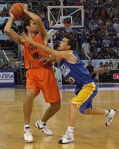 Martínez intenta robarle la pelota a Ferrán (Foto: Fran Martínez)