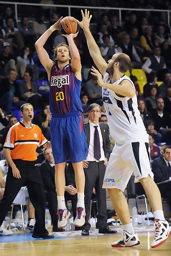 Triple de Joe Ingles. Foto: victorsalgado.com