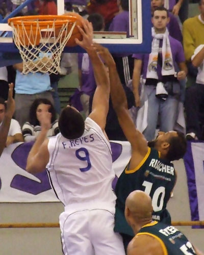 Reyes no consigue superar a Risacher (Foto: Fran Martínez)
