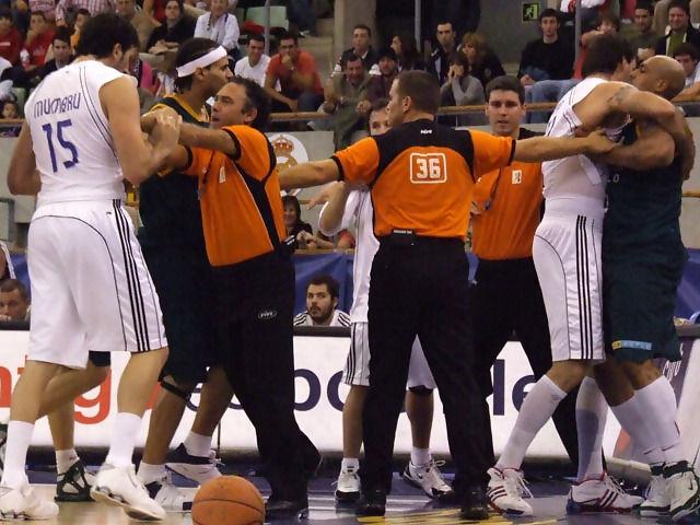 Los árbitros intentan separar a Fizer y Hervelle (Foto: Fran Martínez)
