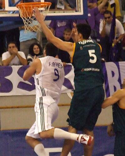 Escorzo de Felipe Reyes para evitar a Triguero (Foto: Fran Martínez)