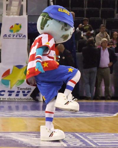 La mascota, Globie, enseñando unos pasos de baile (foto: FM)