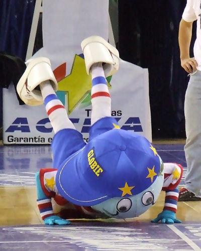 Globie no dudó en tirarse al suelo (foto: FM)