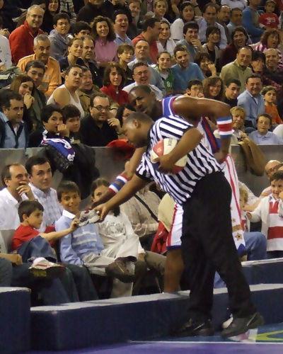 El árbitro fue agredido con uan zapatilla... (foto: FM)