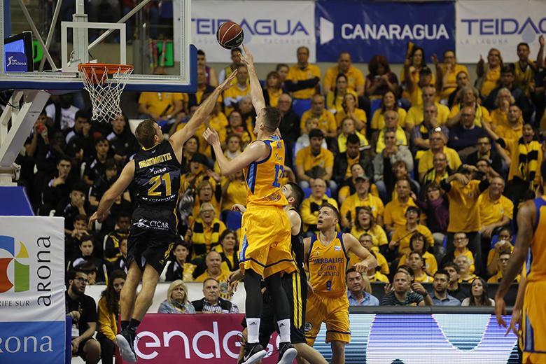 Ondrej Balvin - Tim Abromaitis (Foto: Carlos González)