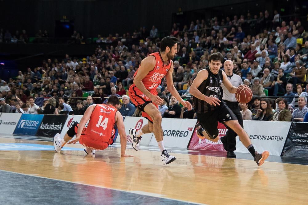 Todorovic se escapa de dos defensores (Foto: Luis Fernando Boo).
