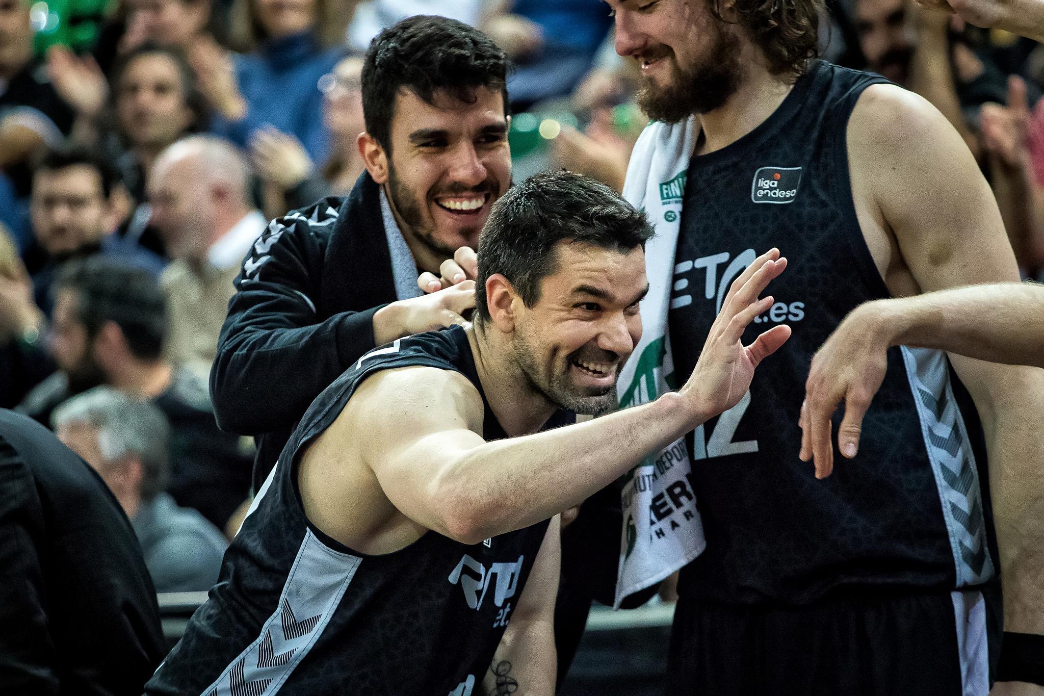 Rafa Martinez es felicitado por sus compañeros (Foto: Luis Fernando Boo).