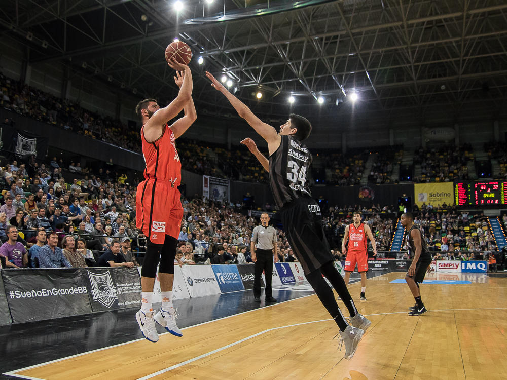 Dubljevic lanza un triple, punteado por Nikolic (Foto: Luis Fernando Boo).
