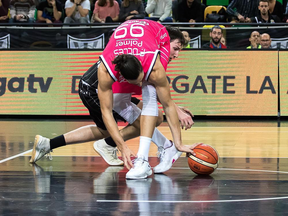 Martínez y Ucles luchan por un balón (Foto: Luis Fernando Boo).