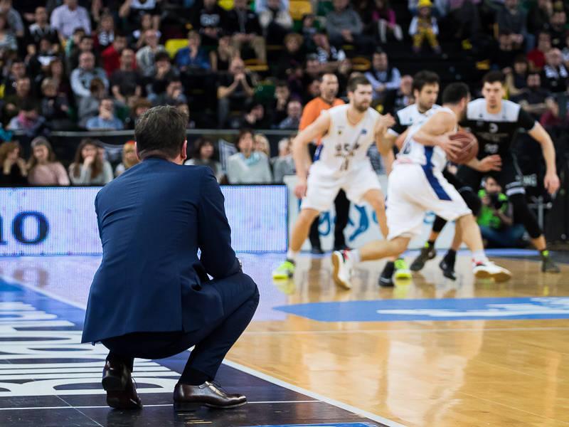 Katsikaris observa el juego (Foto: Luis Fernando Boo).