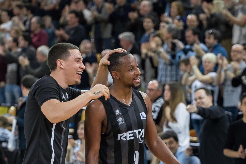El lesionado Bamfoth celebra con Tabu la victoria (Foto: Luis Fernando Boo).