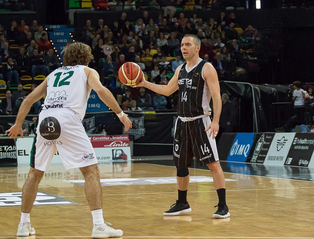Salgado sostiene el balón ante Corrales (Foto: Luis Fernando Boo).