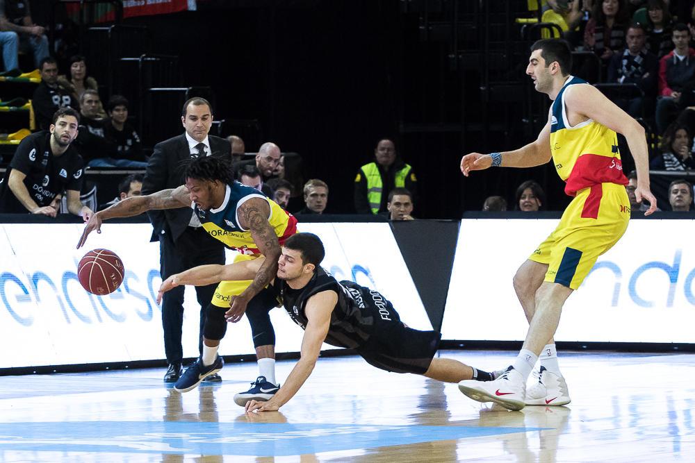 Todorovic y Albicy pelean por un balón (Foto: Luis Fernando Boo).