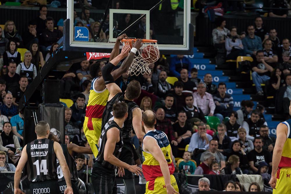 Antetokounmpo se cuelga del aro rival (Foto: Luis Fernando Boo).