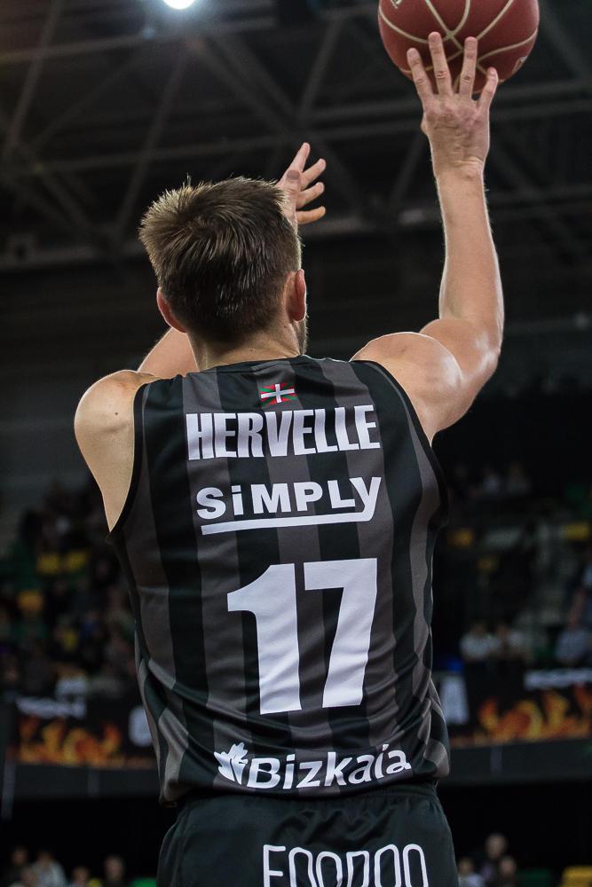 Hervelle lanza un triple (Foto: Luis Fernando Boo).
