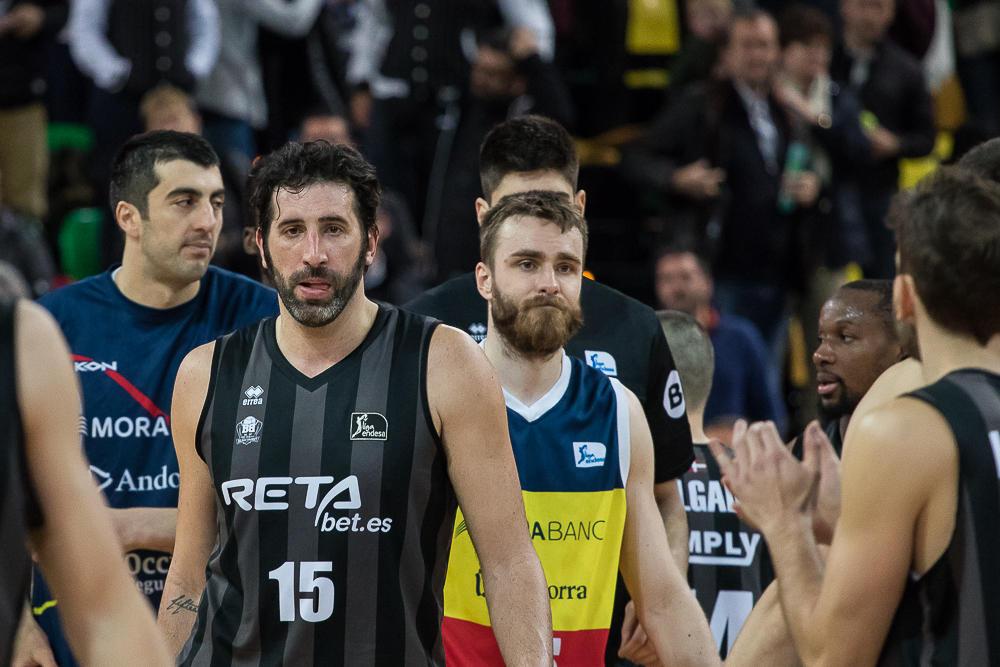 Los jugadores se saludan al termino del choque (Foto: Luis Fernando Boo).