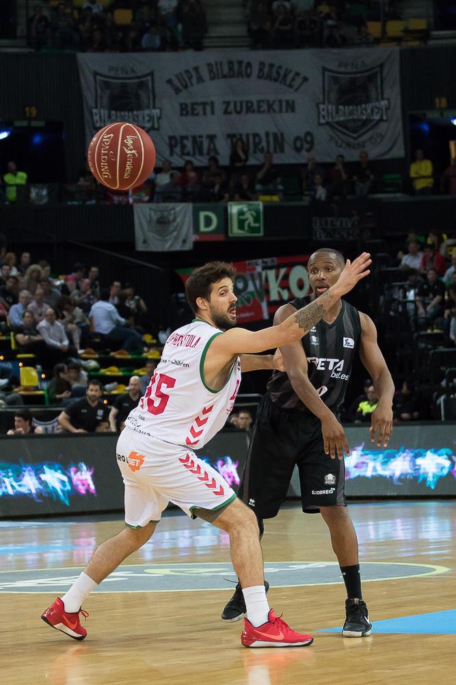 Tabu pasa la bola delante de Laprovittola (Foto: Luis Fernando Boo).