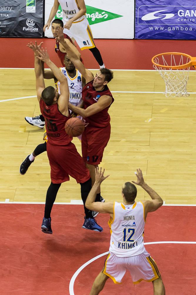 Markel Brown asiste a Monya entre dos rivales (Foto: Luis Fernando Boo).